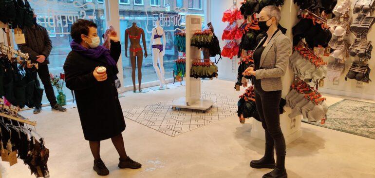 Burgemeester Dijksma bezoekt lingeriewinkel SuperBra op de Straatweg