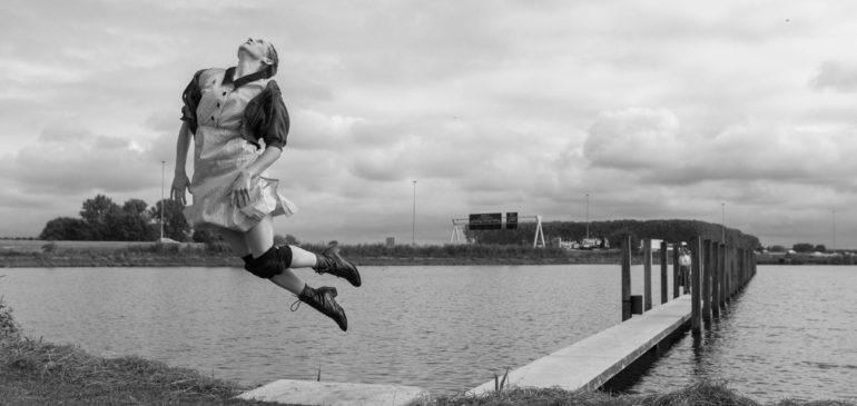 Noordwests dansgezelschap In Motie herdenkt de oorlog met Bunker 599